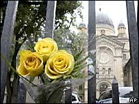 Una ofrenda floral se ve en la entrada del colegio Dawson