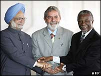 India's PM Manmohan Singh, Brazil's President Luiz Inacio Lula da Silva and South Africa's President Thabo Mbeki shake hands
