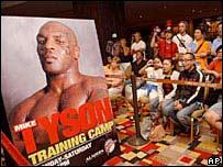 Cartel del espect�culo de Mike Tyson, frente al p�blico que espera verlo.