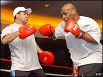 Tyson haciendo guantes con Jeff Fenech.