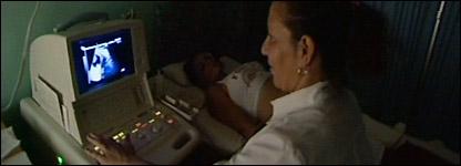 Enfermera haciendo una ecografía en un policlínico cubano