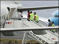 Dos inmigrantes senegaleses son embarcados en un avi�n en Puerto del Rosario, Fuerteaventura, Islas Canarias