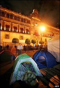 Partidarios de López Obrador acampan frente al Palacio Nacional