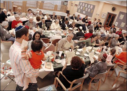 Residents of Jewish Care attend communal Friday night dinner