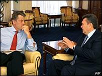 Виктор Ющенко (слева) и Виктор Янукович