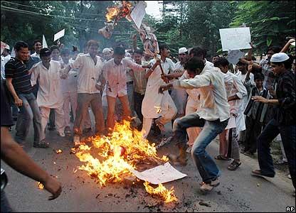 Estudiantes musulmanes queman una efigie del Papa en Allahabad, India