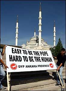 Manifestantes con valla de protesta en Ankara, Turquía.