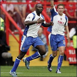 Lomana LuaLua celebrates his goal
