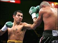 Marco Antonio Barrera in action against Rocky Juarez