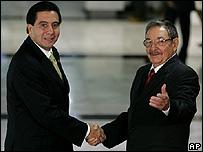 Raúl Castro, (der.) da la bienvenida al presidente de Panamá, Martín Torrijos (izq.) en la Cumbre de los Países No Alineados