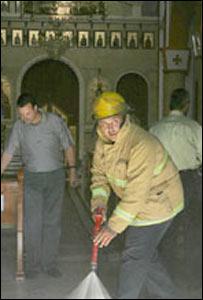 فلسطينيون يطفئون حريقا نجم عن قنبلة حارقة ألقيت نحو كنيسة في نابلس