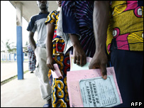 Ivorians with intoxication symptoms wait for medicines