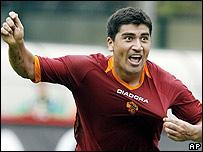 El chileno Claudio Pizarro, de la Roma