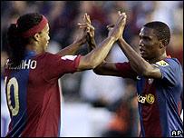 Ronaldinho y Eto'o celebran