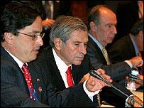 Presidente del Banco Mundial, Paul Wolfowitz (centro), vice ministro de Finanzas de Colombia, Alberto Carrasquilla (izq.) y Rodrigo Rato, director del FMI (der.)
