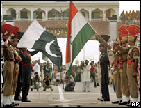 Indian and Pakistani soldiers at Wagah
