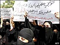 Mujeres musulmanas protestan en Pakistán.