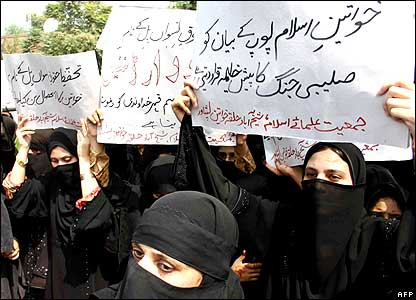 Women holding placards denouncing the Pope in Pakistan