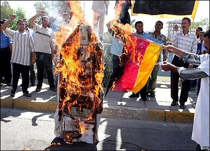 Men burning effigy of Pope in Basra