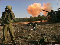 Solados israelíes disparan hacia el sur de Líbano.