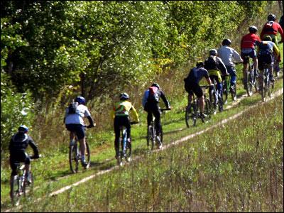 Велосипедисты едут по трассе
