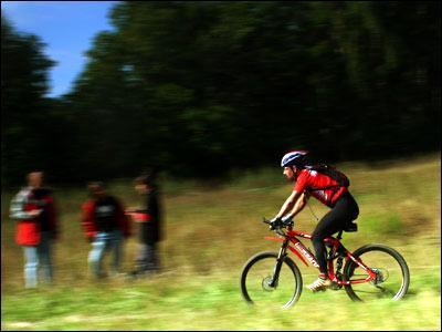 Участник велогонки на трассе