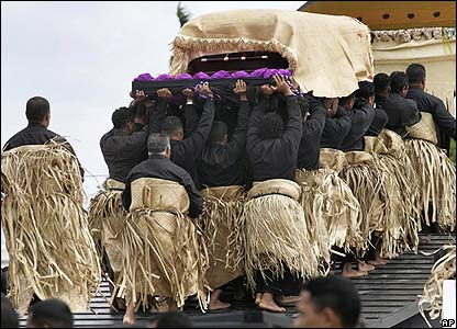 The coffin is taken to the royal tombs