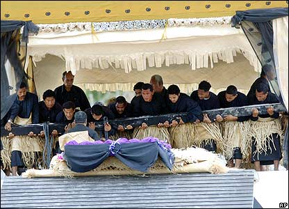 Coffin is lowered into the royal tomb