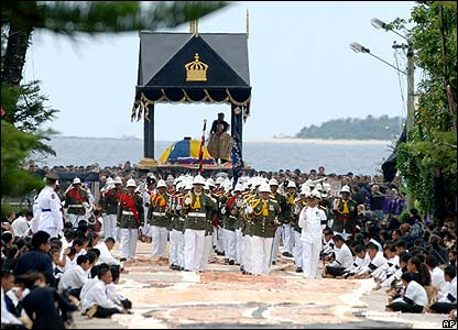 The catafalque bearing the coffin is carried to the burial grounds in Nuku'alofa