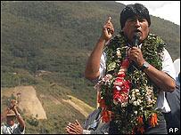Evo Morales con hojas de coca en sus hombros