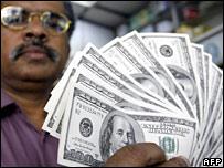 Hombre tailandés cambia dólares en Bangkok