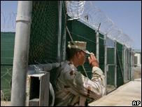 Guardia en campamento de prisioneros de Guantánamo