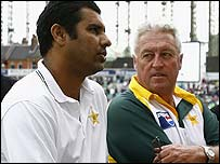 Waqar and Woolmer chat at The Oval