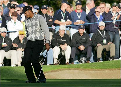Woods agonises over a missed putt