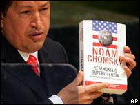 Hugo Ch�vez con el libro de Chomsky