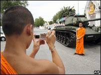 Monjes frente a un tanque en Tailandia