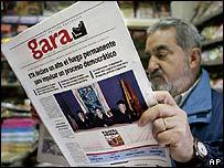 Señor lee el diario en el País Vasco