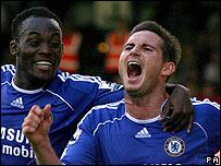 Frank Lampard (der) y Michael Essien.