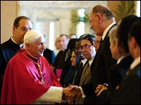 Pope (L) shakes hands with Muslims envoys