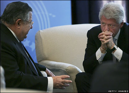 Former US President Bill Clinton (r) listens to Iraqi President Jalal Talabani on the sidelines of the UN General Assembly meeting