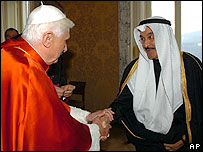 El papa saluda al embajador de Kwait, Ahamad Abdulkareem Al-Ibrahim.