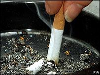 Cigarrillo en un cenicero