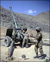 Indian soldiers load a 155mm Bofors gun during the Kargil conflict in 1999