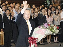 Koizumi bids farewell to staff at the prime minister's official residence in Tokyo