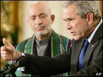 El presidente de EE.UU., George W. Bush, junto a su homólogo de Afganistán, Hamid Karzai