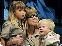 Terri Irwin with daughter Bindi (l) and son Bob (r)