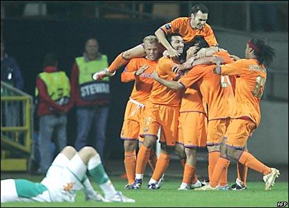 Los jugadores del Barcelona Festejan el empate