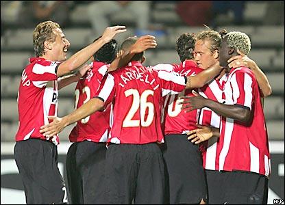 Los hombres del PSV Eindhoven celebran el gol