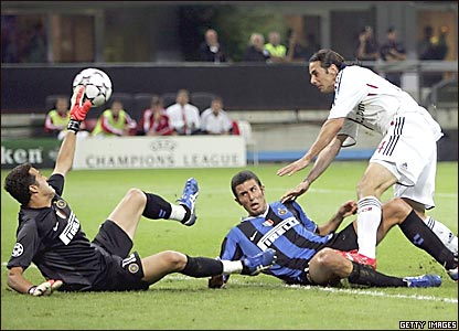 Claudio Pizarro convirtiendo un gol.