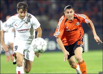 Athanaisios Kostoulas (izq) del Olympiakos pelea la pelota con Ciprian Marica del Shakhtar Donetsk.